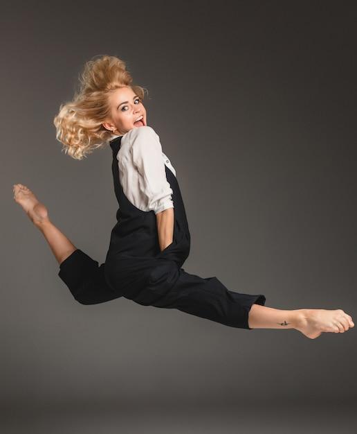 バレエジャンプで金髪美人 無料写真
