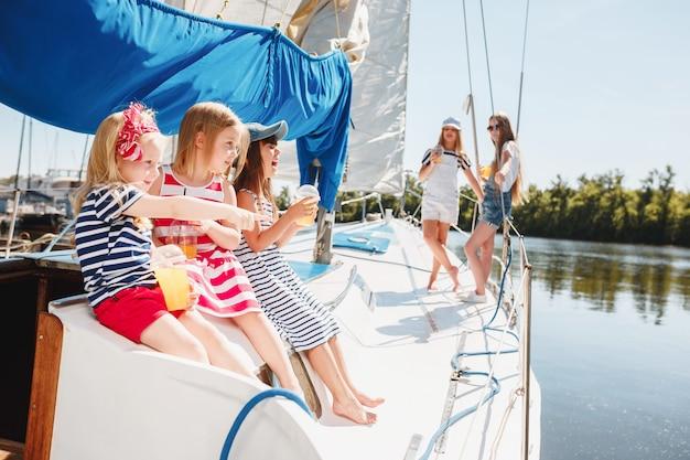 Дети на борту морской яхты Бесплатные Фотографии