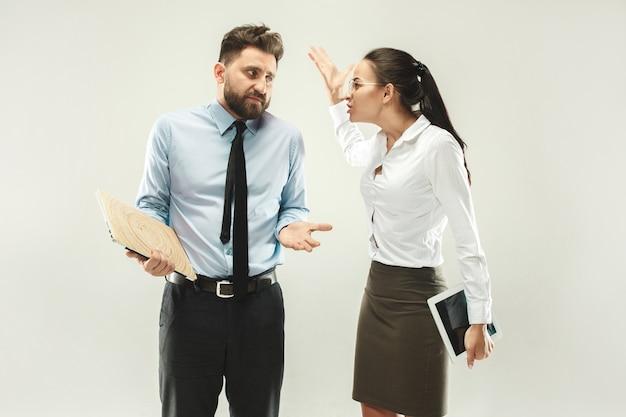 怒ったボス。事務所に立っている女性と秘書 無料写真