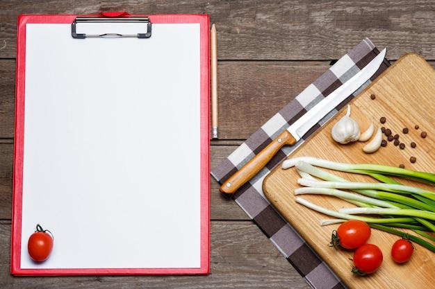 Раскройте пустую книгу рецептов на коричневом деревянном Бесплатные Фотографии