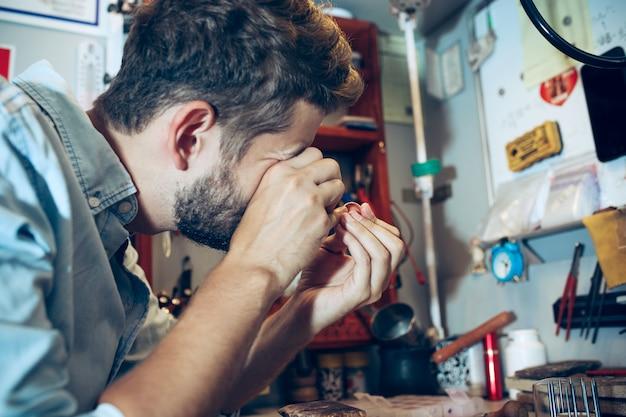 ジュエリーの職場でのさまざまな金細工職人のツール。ジュエリーの仕事で宝石商。 無料写真