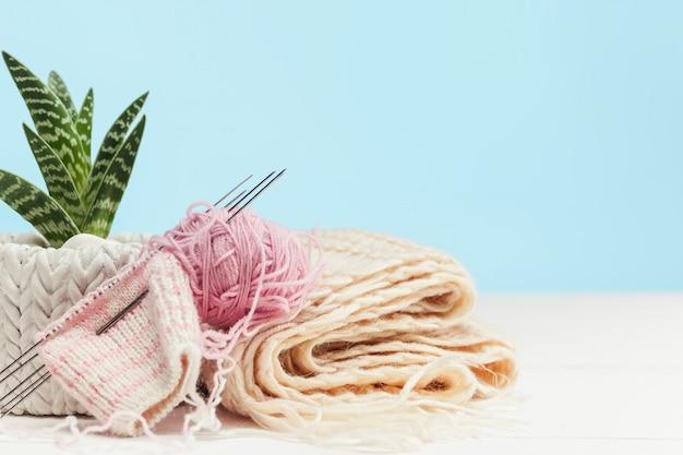白い木製の背景に羊毛のボール 無料写真