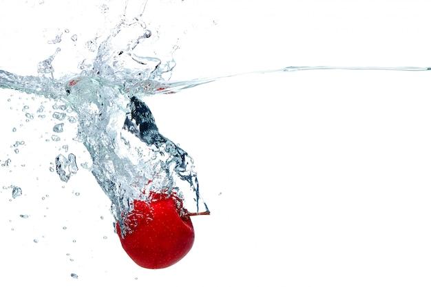 アップルは水に深く落ちます 無料写真