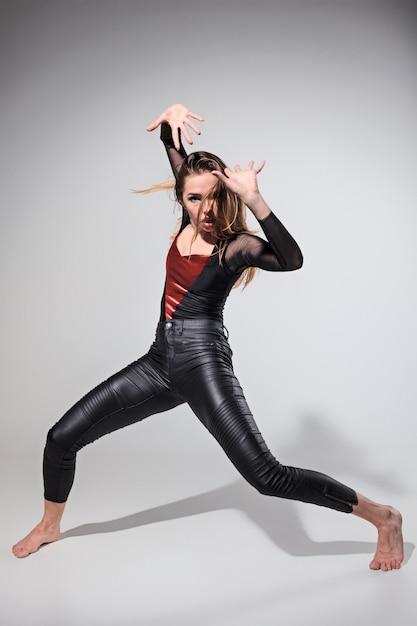 灰色の上で踊る女性 無料写真