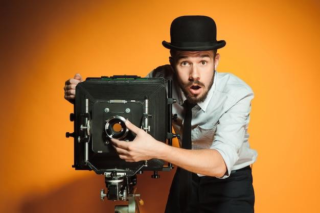 レトロなカメラと若い男 無料写真
