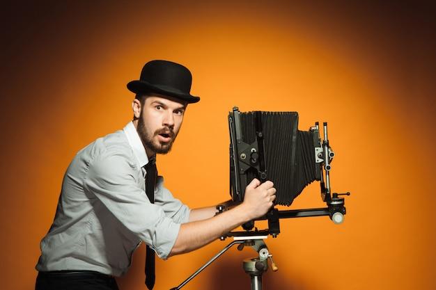 Молодой человек с ретро камерой Бесплатные Фотографии
