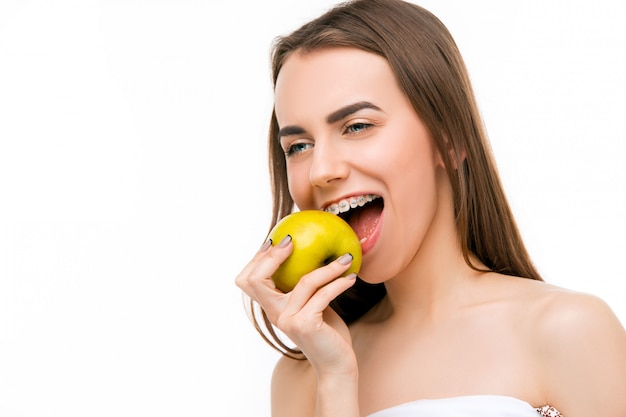 歯ブレースと美しい若い女性 無料写真