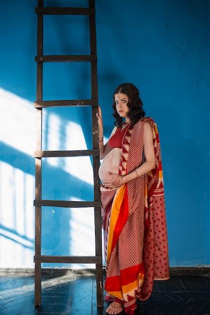 ヘナの入れ墨を持つ妊娠中の女性 無料写真