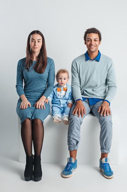 幸せな家族の肖像画。赤ちゃんとの異人種結婚 無料写真
