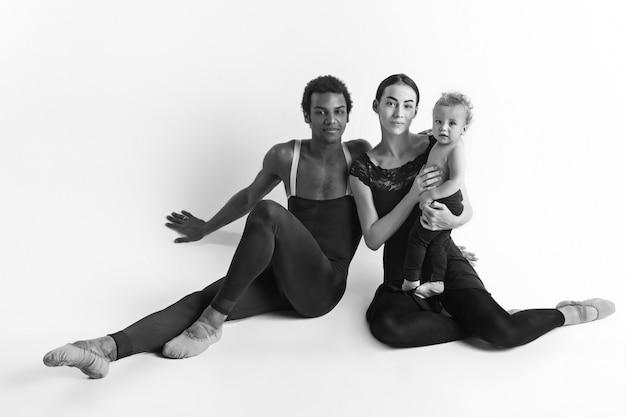 バレエダンサーの幸せな家族 無料写真