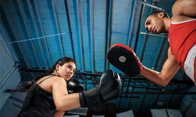 女性ボクサーとアフロアメリカン男性ボクサー。 無料写真