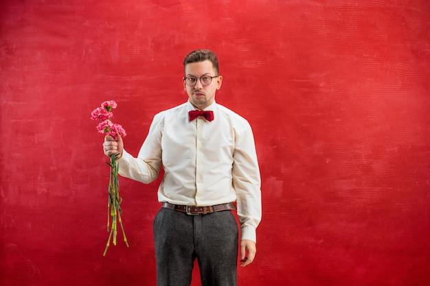 花を持つ若い美しい男 無料写真