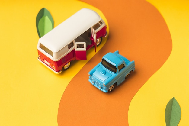 Винтажный миниатюрный автомобиль и автобус в модном цвете, концепция путешествия Бесплатные Фотографии
