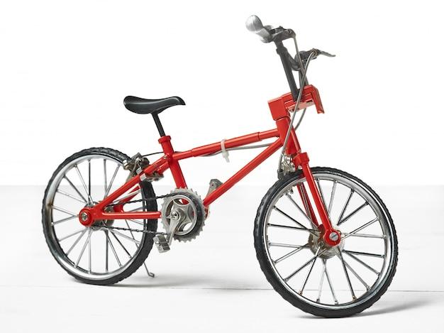 Урожай металлический белый велосипед игрушка на деревянный стол Бесплатные Фотографии