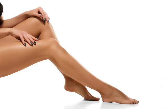 Красивые женские ножки, изолированные на белом Бесплатные Фотографии