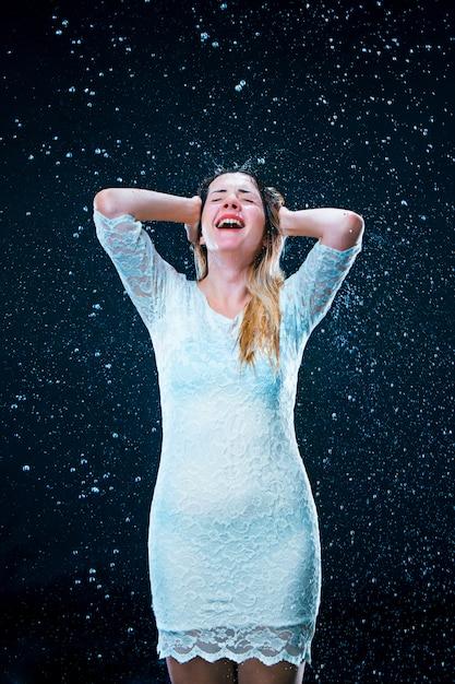Молодая девушка стоит под струей воды Бесплатные Фотографии