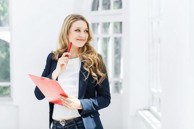 オフィスに対する女性労働者 無料写真