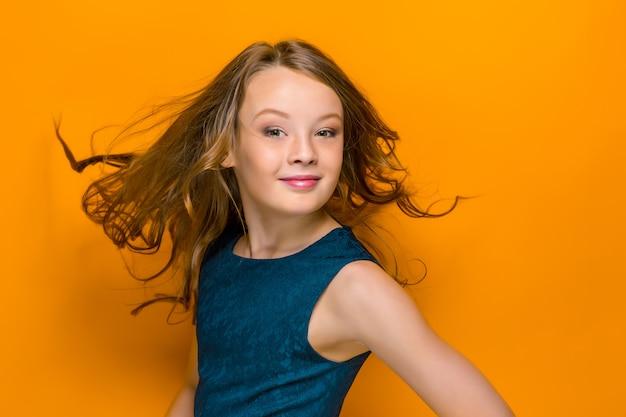 遊び心のある幸せな十代の少女 無料写真