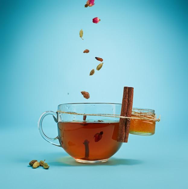 Травяной чай на синем Бесплатные Фотографии