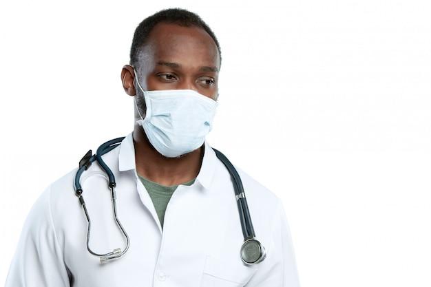 Мужской молодой доктор при стетоскоп и лицевой щиток гермошлема изолированные на белизне Бесплатные Фотографии