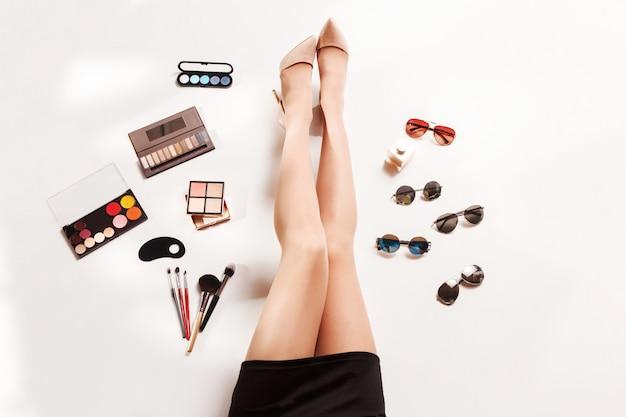 Женские ножки и летняя мода стильные аксессуары вид сверху Бесплатные Фотографии