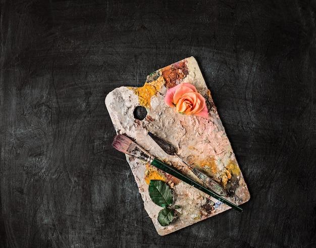 木材にペイントブラシと油絵の具のチューブ 無料写真