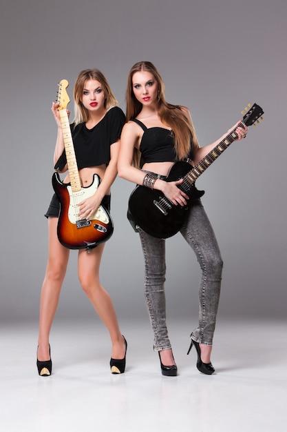 Две красивые женщины играют на гитарах Бесплатные Фотографии