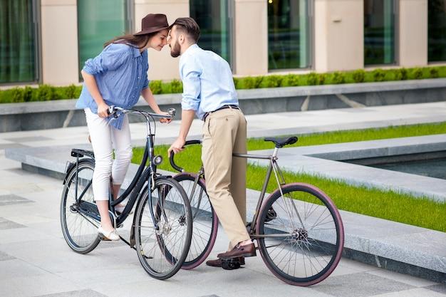 自転車で若いカップルのロマンチックなデート 無料写真
