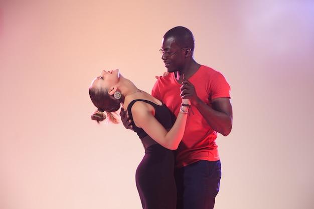 Молодая пара танцует социальную карибскую сальсу Бесплатные Фотографии