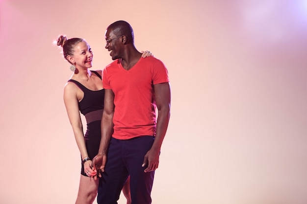 Молодой крутой черный мужчина и белая женщина Бесплатные Фотографии