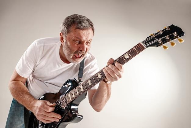 ギター奏者の肖像 無料写真