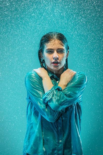 Портрет молодой красивой женщины в дождь Бесплатные Фотографии