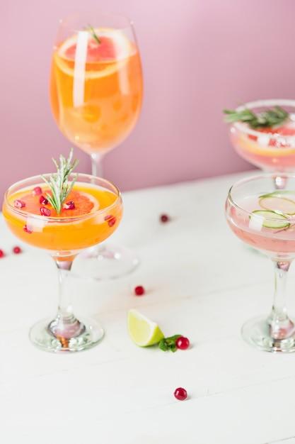 バラのエキゾチックなカクテルとピンクのフルーツ 無料写真