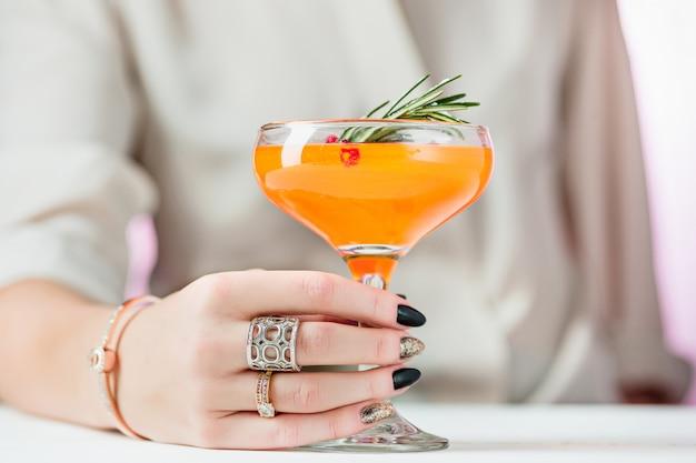 Роза экзотических коктейлей и фруктов и женская рука Бесплатные Фотографии