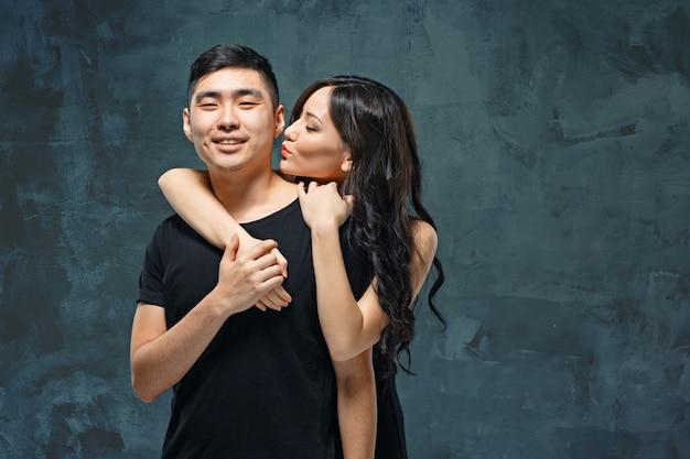 韓国のカップルを笑顔の肖像画 無料写真