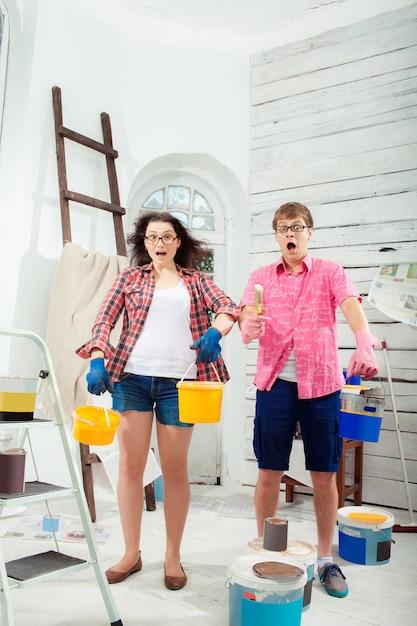 Молодая пара занимается ремонтом дома Бесплатные Фотографии