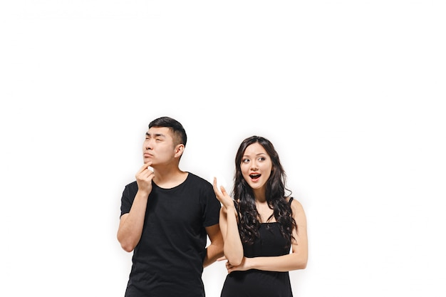 Портрет задумчивой корейской пары на белом Бесплатные Фотографии