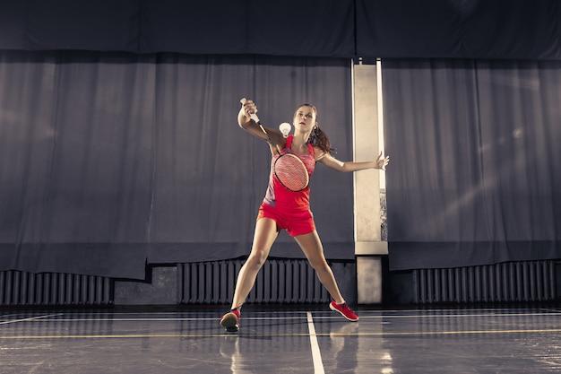 ジムでバドミントンを演奏若い女性 無料写真