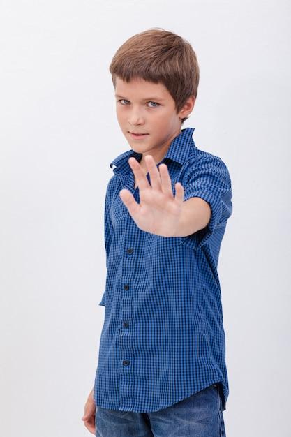 Красивый мальчик делает знак стоп Бесплатные Фотографии