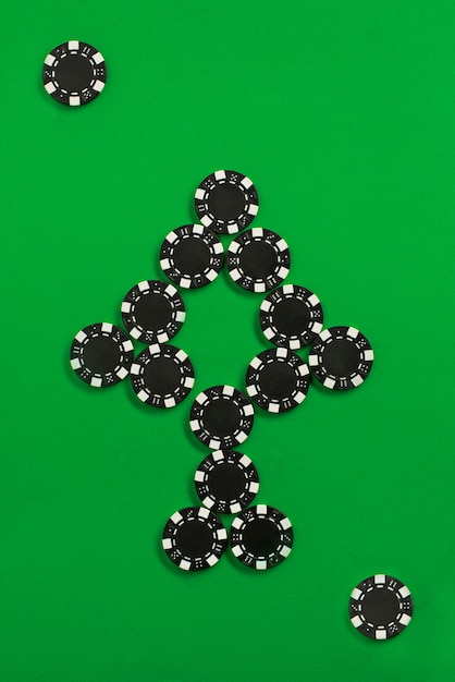 Фишки для покера на зеленой стене Бесплатные Фотографии