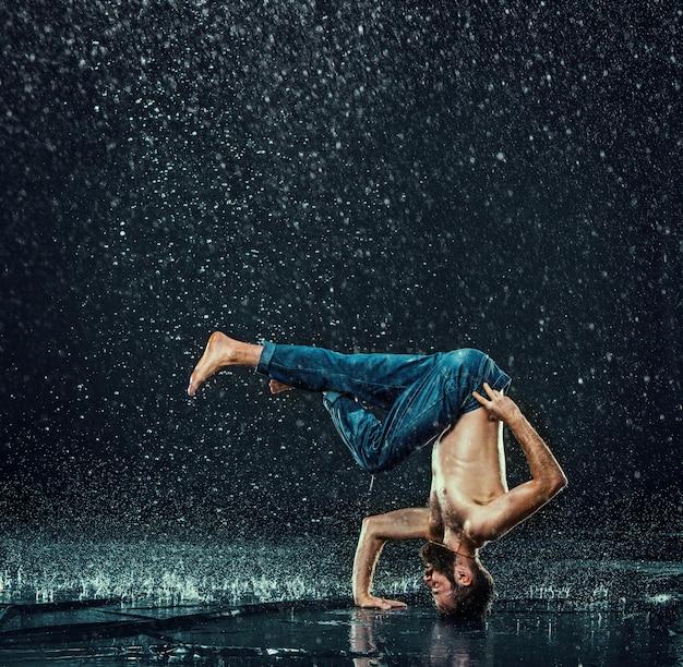 水中の男性のブレイクダンサー。 無料写真