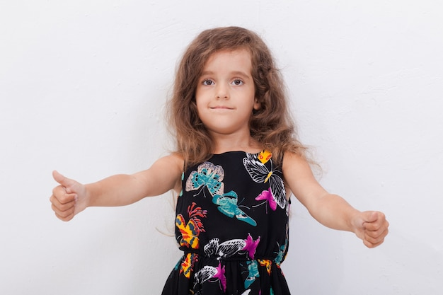 Портрет красивой девушки показывает палец вверх Бесплатные Фотографии