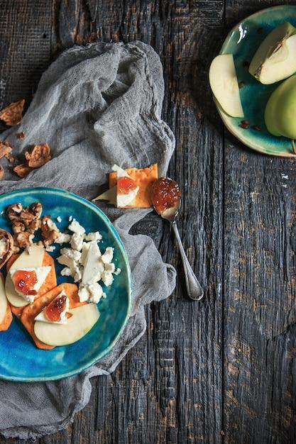 木製のテーブルの自然なフルーツジャム 無料写真