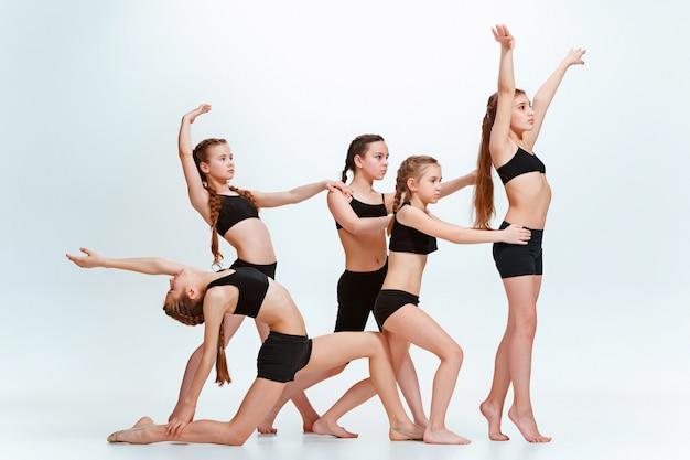 黒の衣装で踊る女の子 無料写真