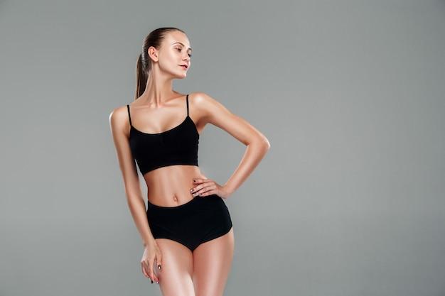筋肉の若い女性の運動選手 無料写真