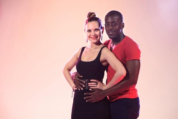 若いカップルのダンス 無料写真