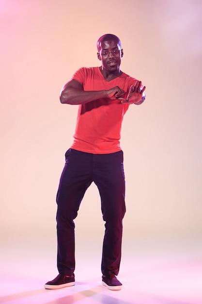 踊る若いクールな黒人男性 無料写真