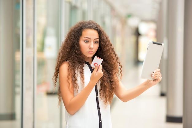 ショッピングのためのクレジットカードで支払いの美しい若い女性 無料写真