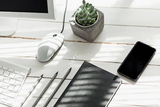 コンピューター、消耗品、電話付きのオフィスデスクテーブル 無料写真