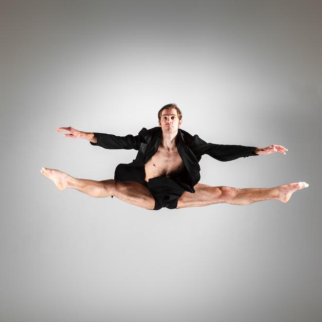 ジャンプ若い魅力的なモダンバレエダンサー 無料写真